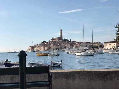 聖エウフェミア協会を港から撮影